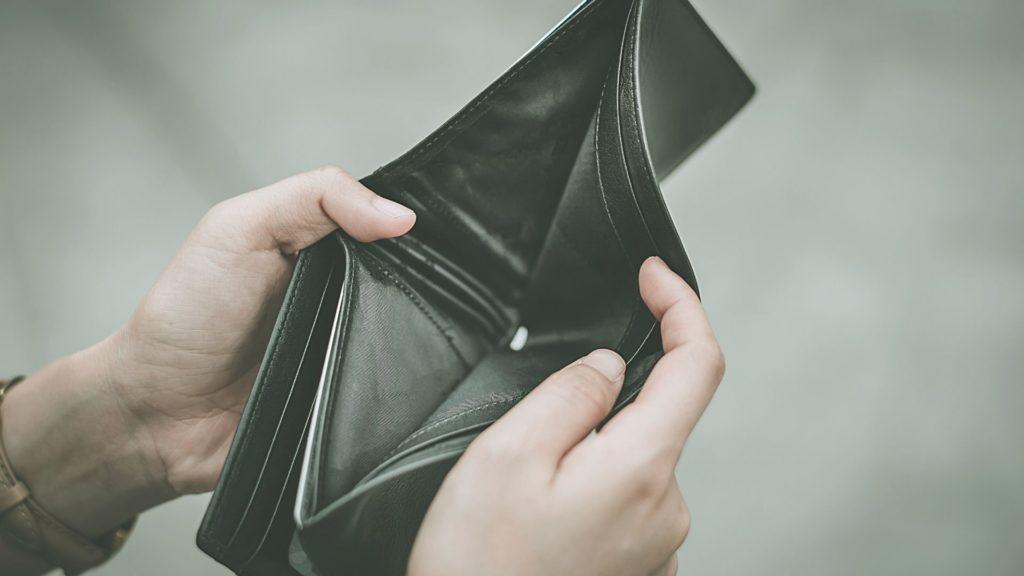 空っぽの財布の写真